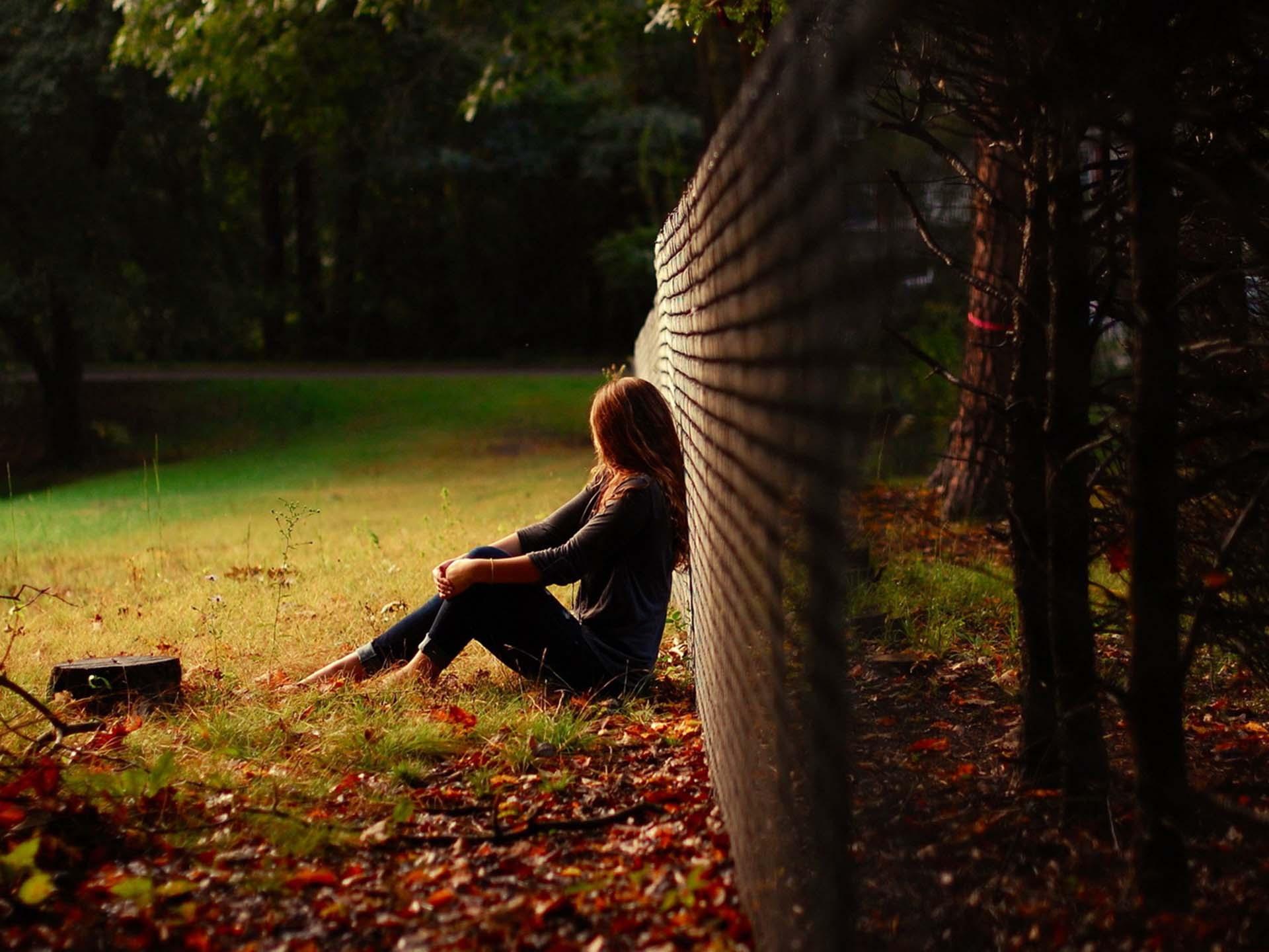 Hình ảnh cô gái buồn và cô đơn