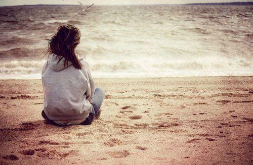 Hình ảnh cô gái cô đơn một mình