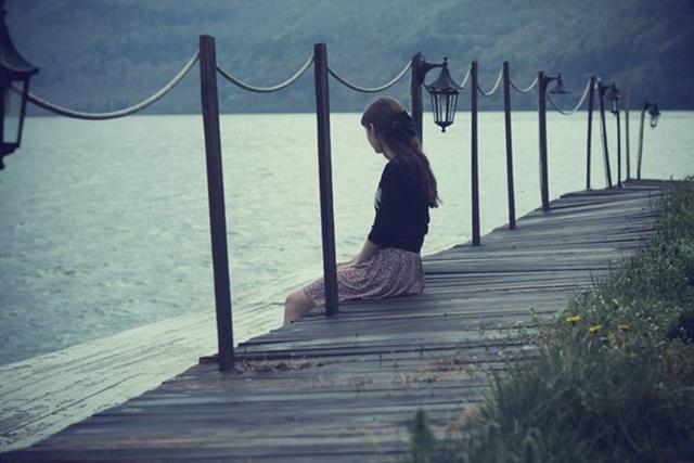 Hình ảnh cô gái tâm trạng buồn cô đơn