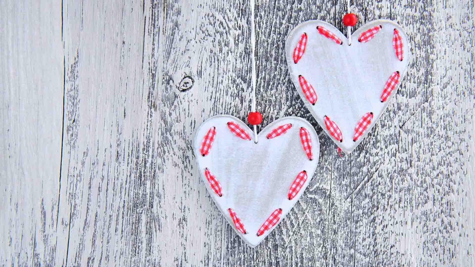 Hình ảnh trái tim treo trên cửa