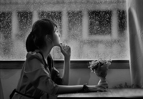Ảnh đẹp buồn cô gái ngắm mưa