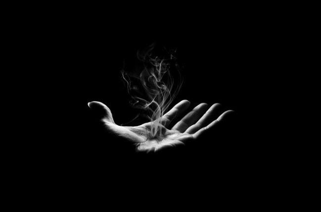 Hình avatar bàn tay nền đen đẹp