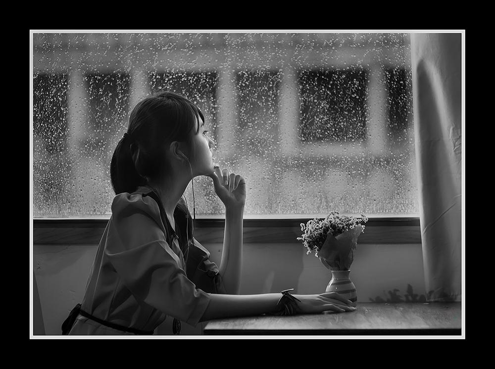 Ảnh đại diện facebook cô gái ngắm mưa buồn