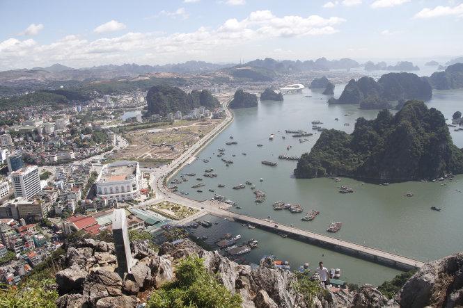 Hình ảnh Hạ Long nhìn từ núi bài thơ