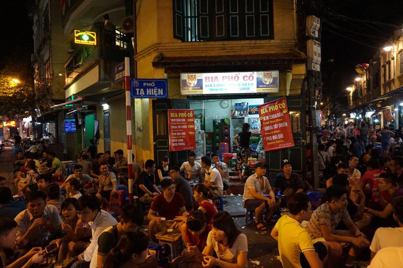 Hình ảnh một góc phố cổ Hà Nội nhộn nhịp buổi tối