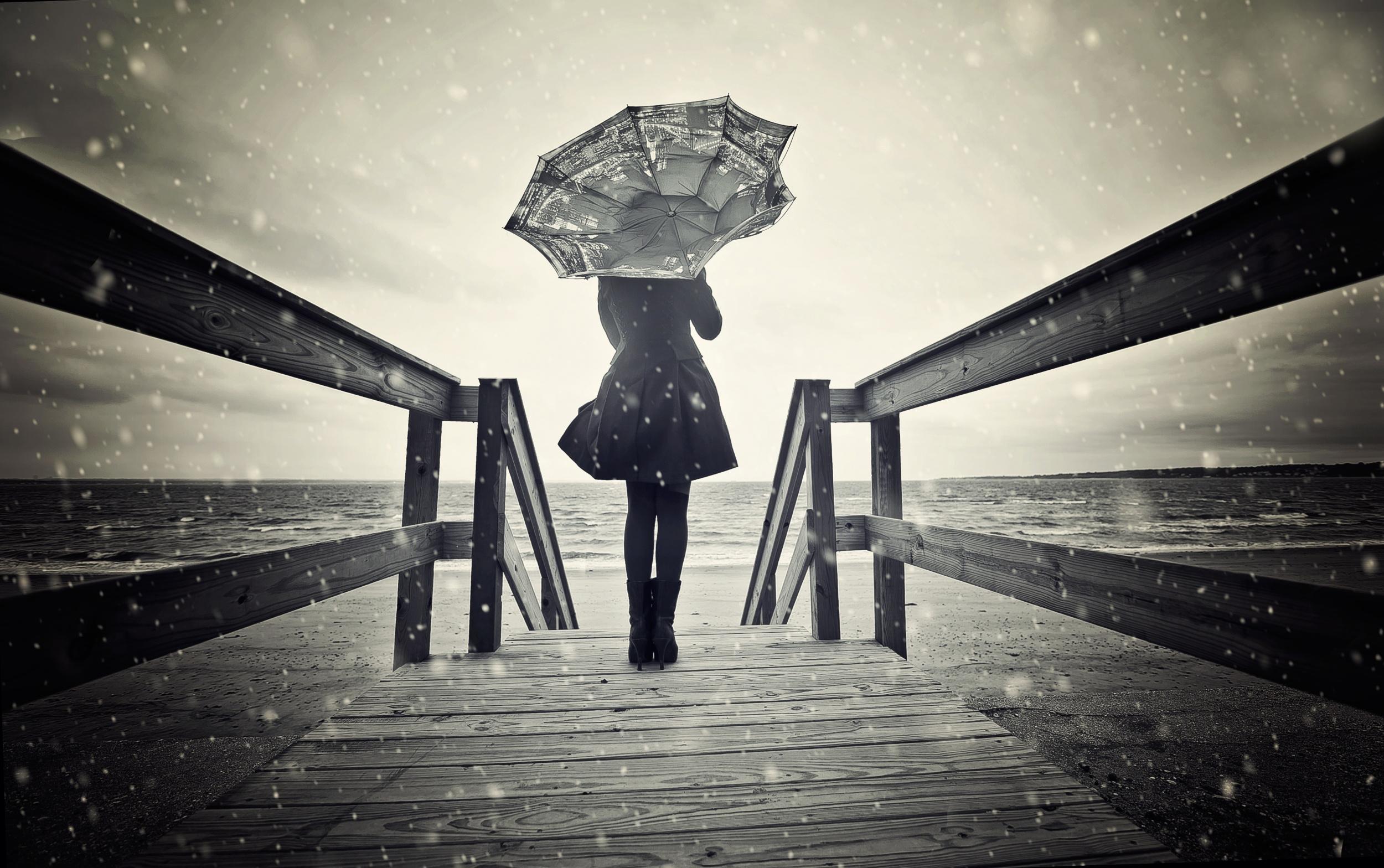 Hình nền cô gái buồn dưới mưa