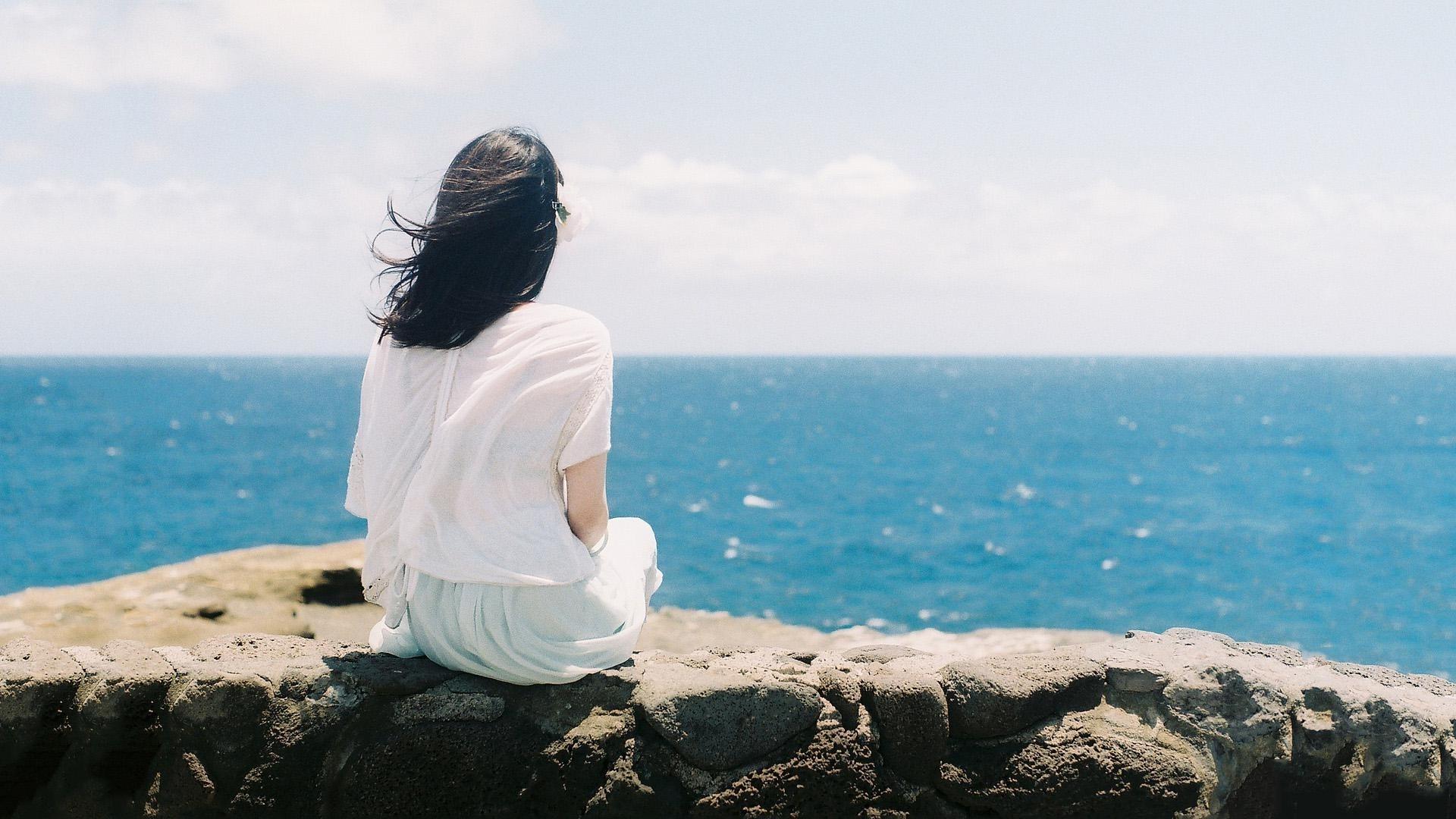 Hình nền cô gái cô đơn một mình ngắm biển xanh