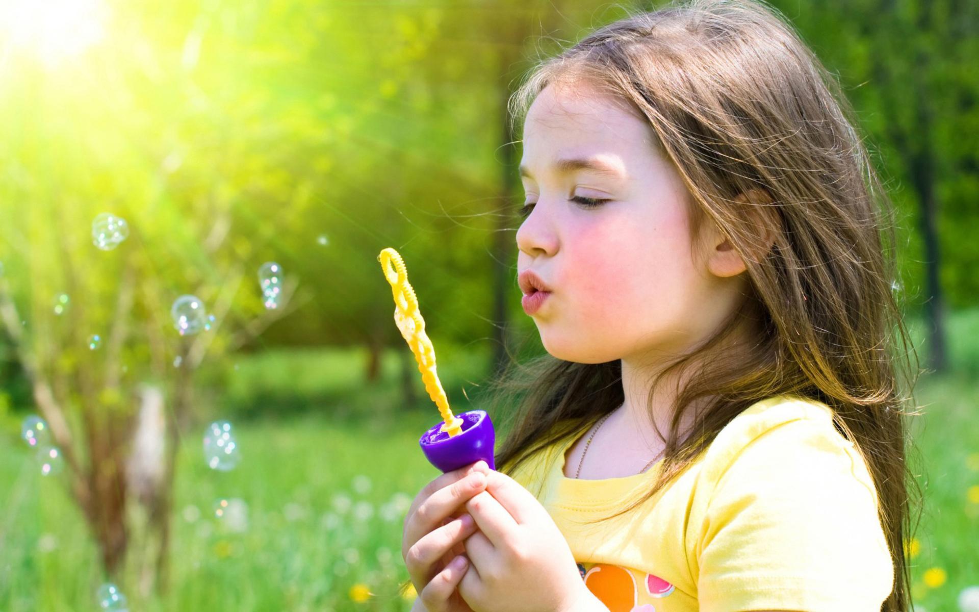 Hình ảnh bé gái chơi đùa dễ thương