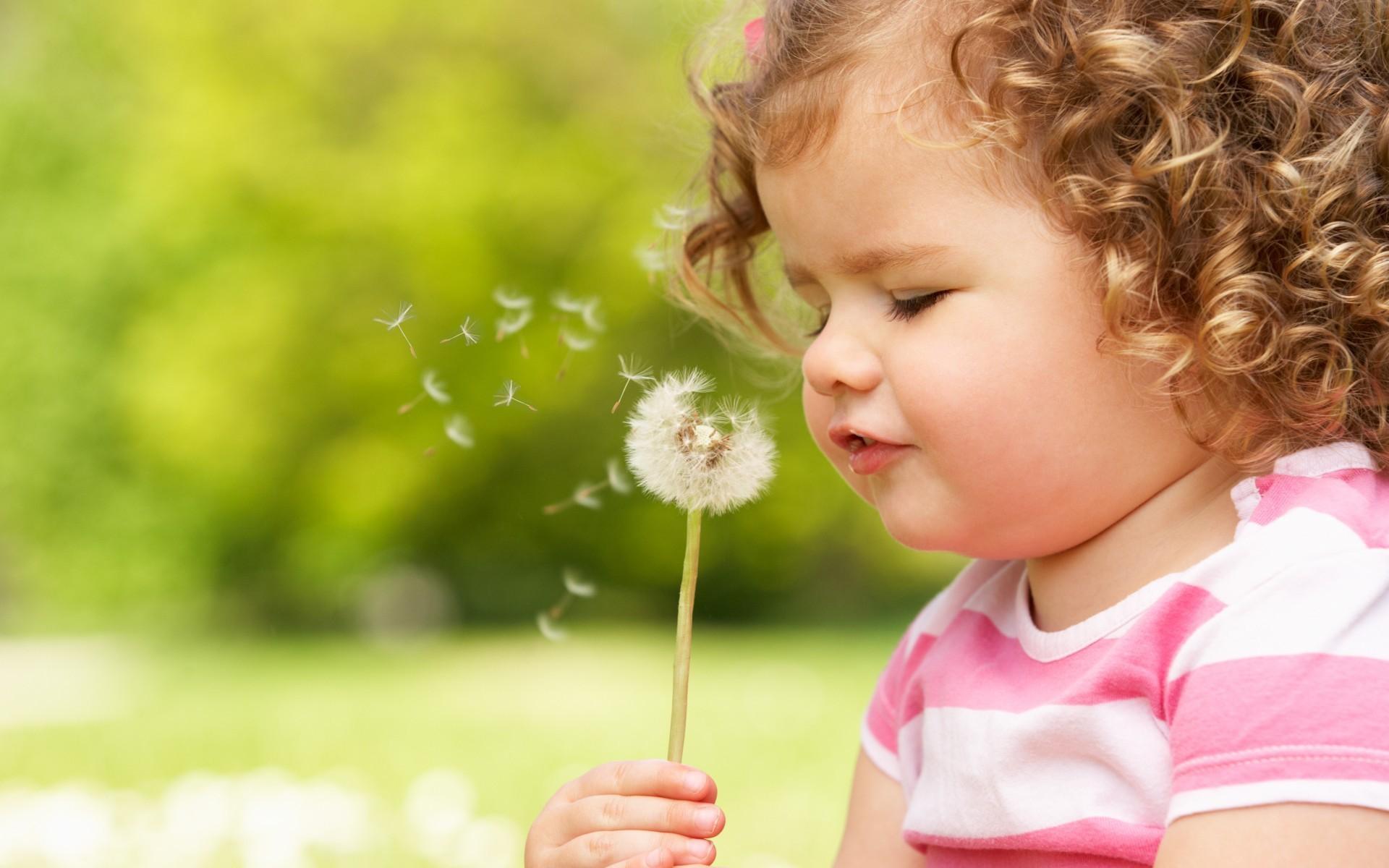 Hình ảnh em bé mũm mỉm thổi hoa bồ công anh đẹp