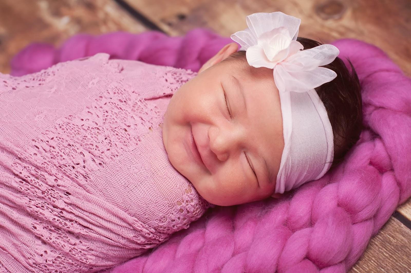 Hình ảnh em bé sơ sinh dễ thương