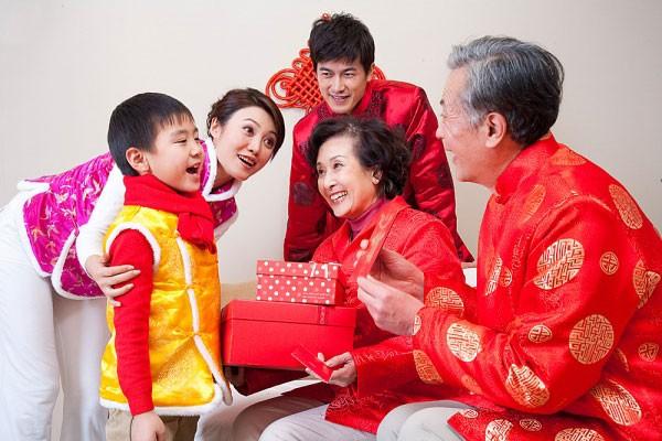 Hình ảnh gia đình chúc tết
