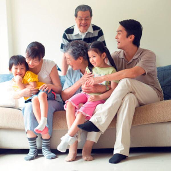 Hình ảnh gia đình vui vẻ bên nhau