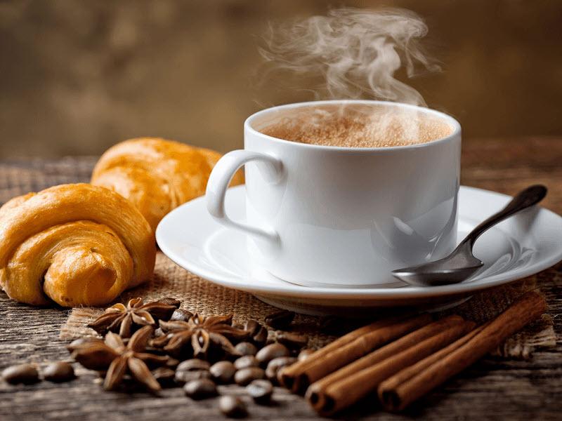 Ảnh đẹp bên ly cafe