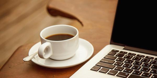 Hình ảnh đẹp ly cafe bên góc làm việc