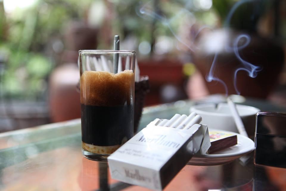 Hình ảnh điếu thuốc bên ly cafe