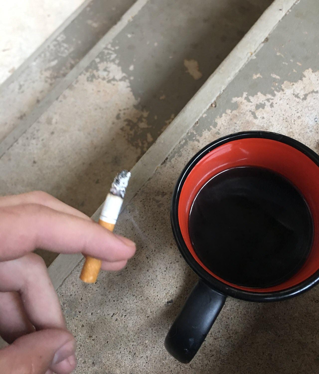 Hình ảnh điếu thuốc tàn bên ly cafe cạn