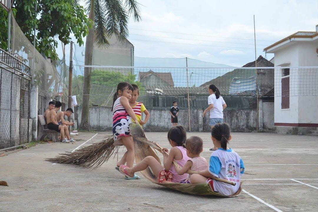 Hình ảnh làng quê đẹp-trẻ em choi kéo mo cau