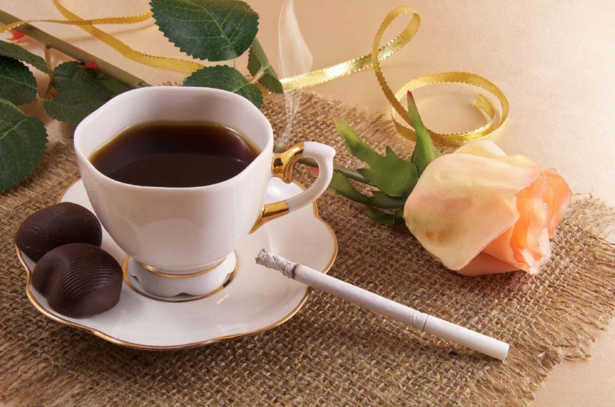 Hình ảnh ly cafe và điếu thuốc
