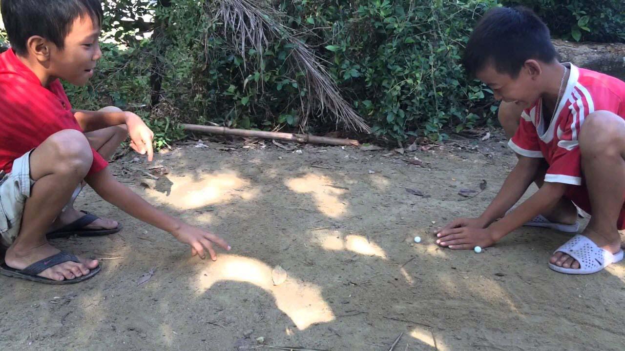 Hình ảnh trẻ em làng quê Việt chơi bi