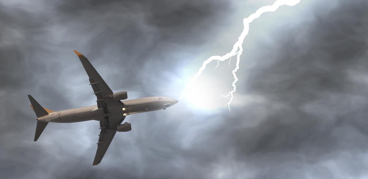 Ảnh đẹp và lạ máy bay dưới bão