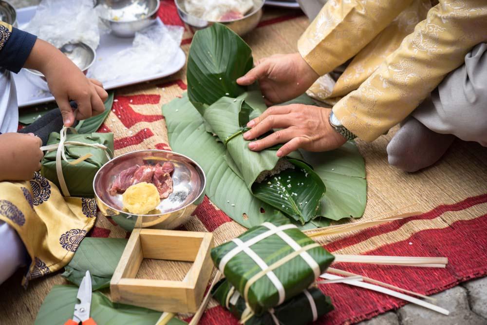 Hình ảnh đẹp người dân làm bánh chưng Tết ở Việt Nam