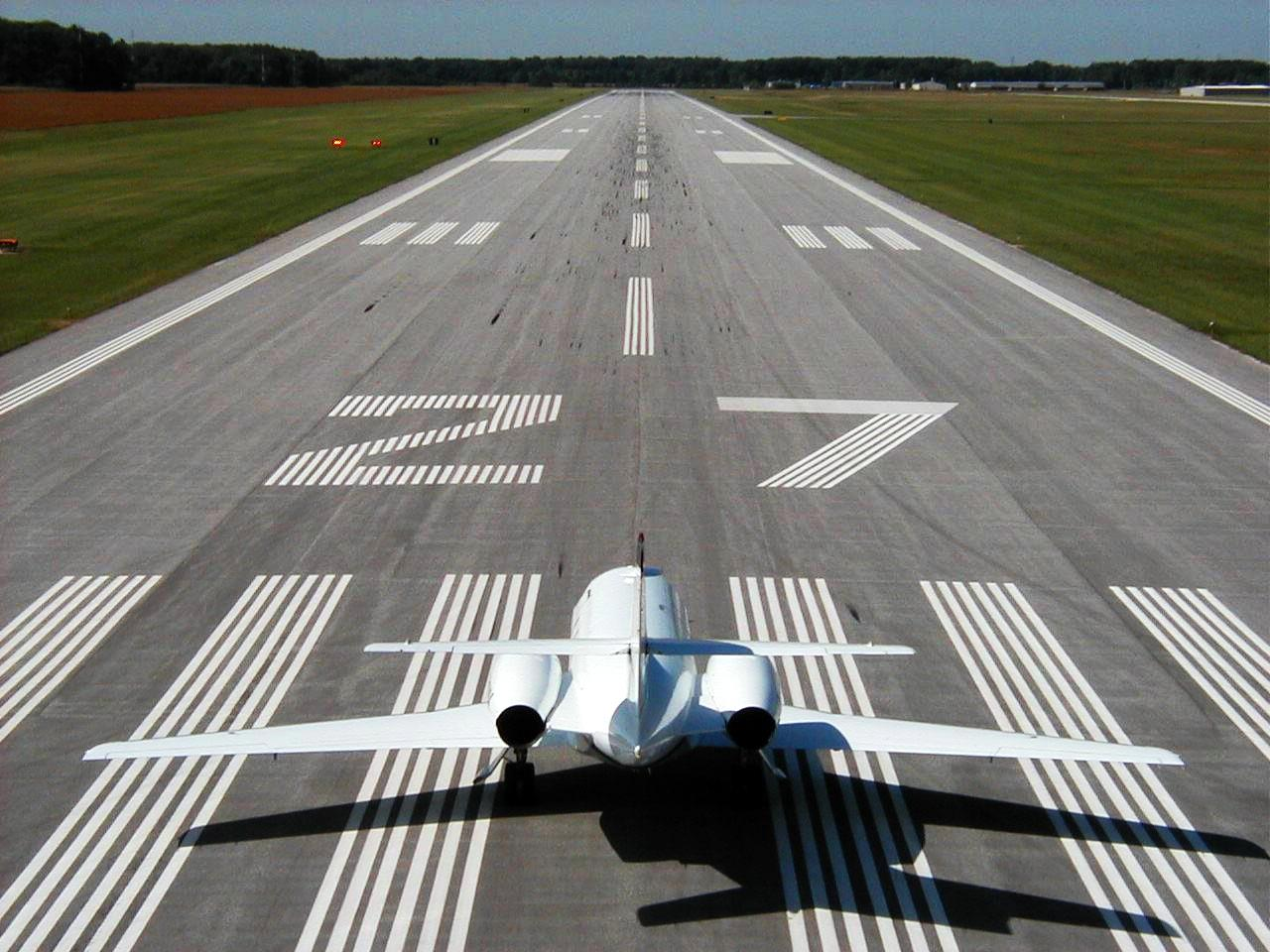 Hình ảnh máy bay trên đường băng