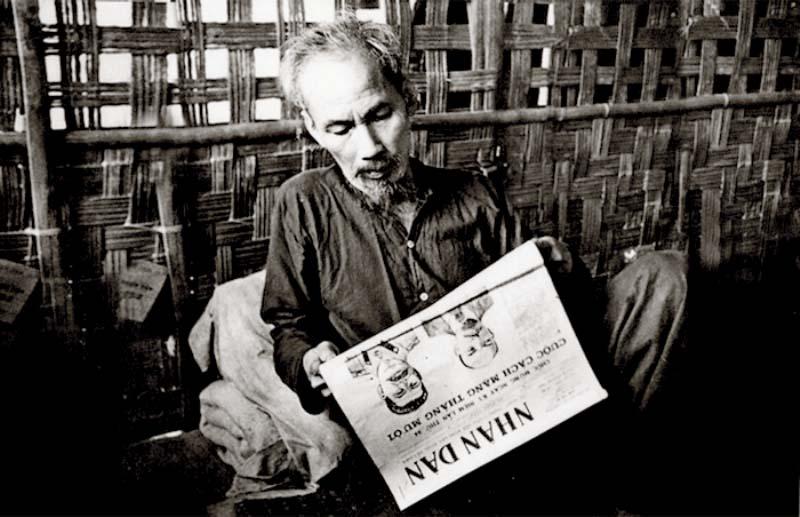 Ảnh đẹp bác Hồ đọc báo