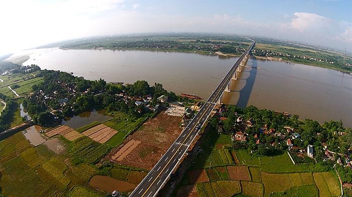 Cây cầu bắc qua sông quê hương Việt Nam