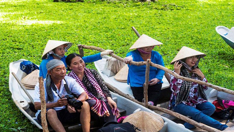 Du lịch bằng thuyền ở quê hương Việt nam
