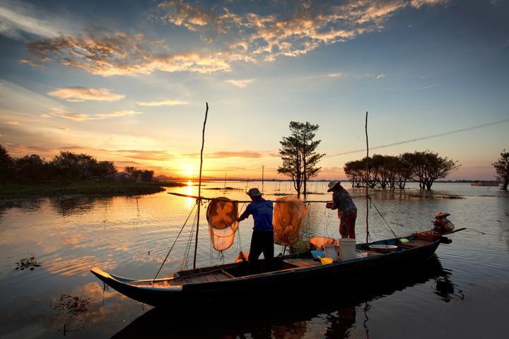 Hình ảnh con người Việt Nam đi bắt cá