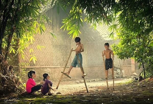 Hình ảnh trẻ con vui đùa ở làng quê Việt Nam