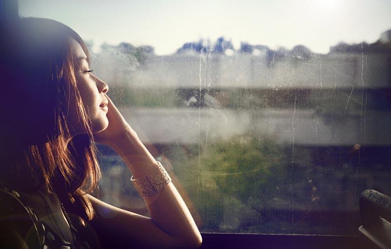Hình ảnh buồn cô đơn trong cuộc sống của cô gái