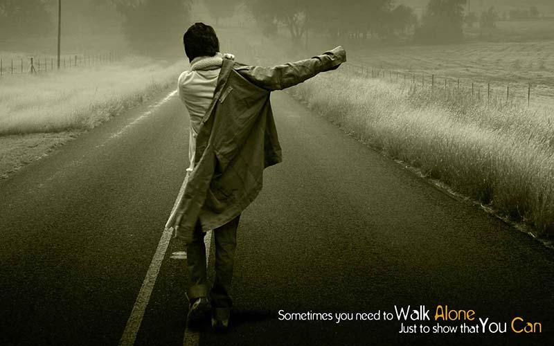Hình ảnh chàng trai cô đơn bước đi trong vô vọng