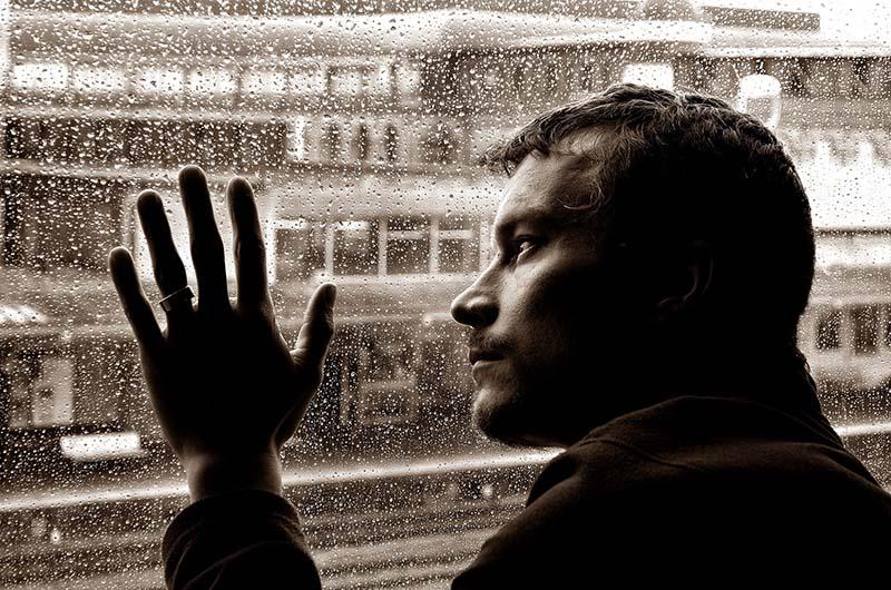 Hình ảnh người đàn ông buồn về cuộc sống