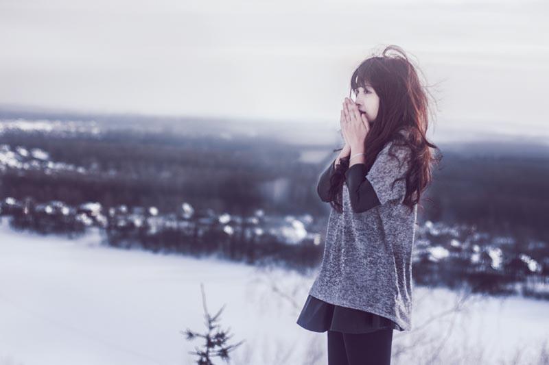 Stt mùa đông cô đơn về tình yêu trong cuộc sống của cô gái trẻ