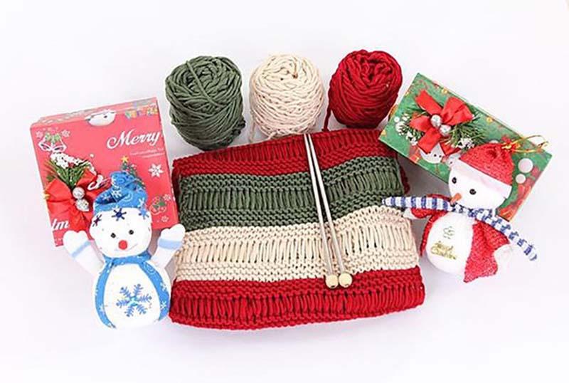 Mũ len với các họa tiết trang trí và đan theo phong cách Giáng sinh