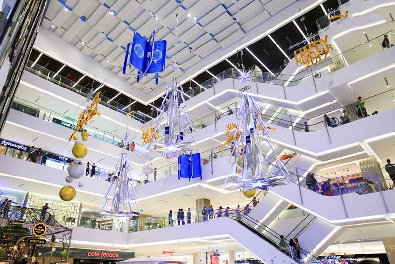 Trung tâm thương mại ngập tràn đồ trang trí Giáng sinh