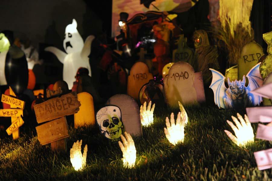 Trang trí đồ vật halloween ngoài vườn