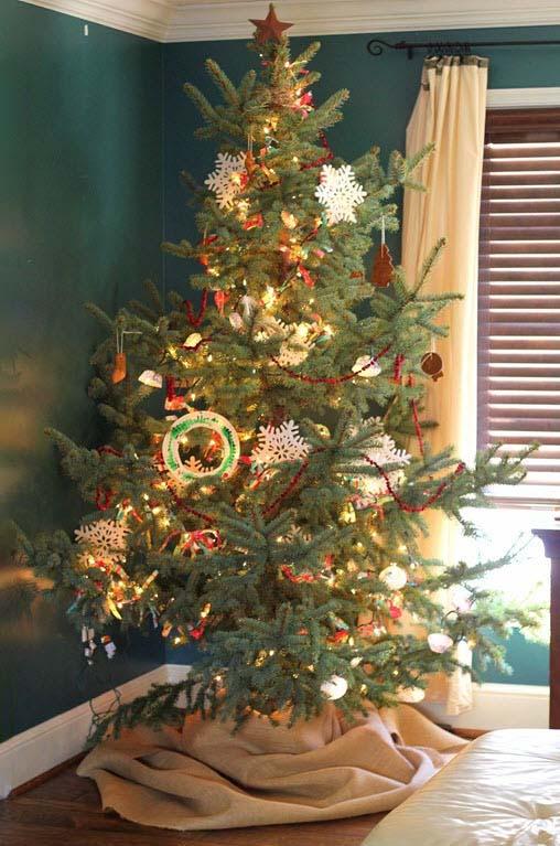Hình ảnh cây thông đẹp đặt trên bàn