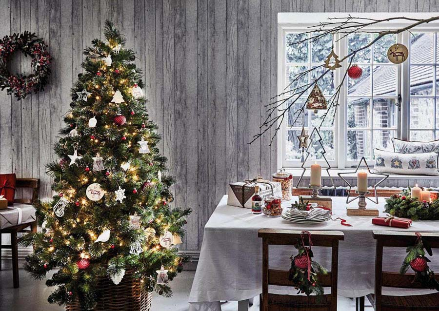 Hình ảnh cây thông noel bên bàn ăn